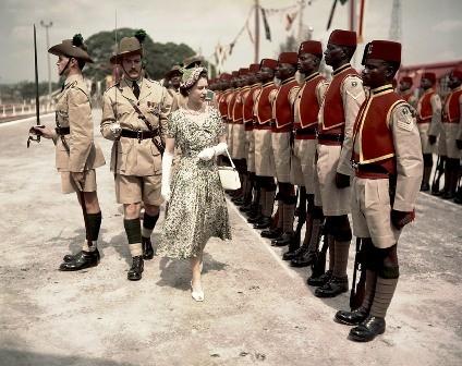 Февраль 1956 г.: Королева инспектирует королевские войска в Нигерии. Фото: ibtimes.co.uk