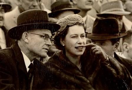 Королева Елизавета II с доктором Элкинсом на футбольном матче. Фото: lib.umd.edu